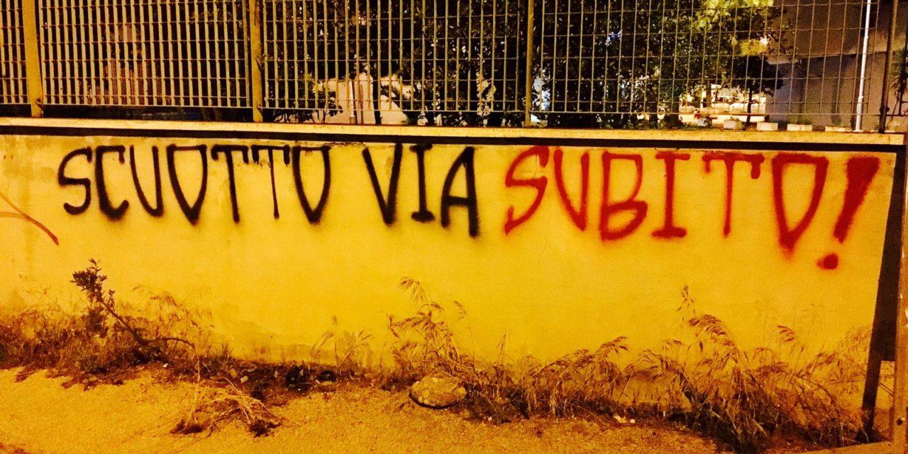 """Giugliano, scritta su un muro : """"Scuotto via subito!"""""""